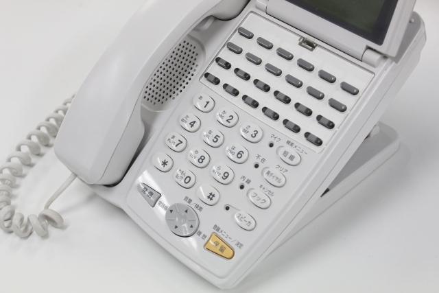 家庭用電話機に比べるとたくさんのボタンが付いているビジネスフォン(ビジネスホン)