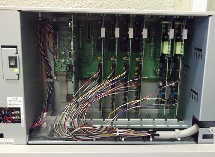 電話機とのセットでビジネスフォンを構成する「主装置」の内部