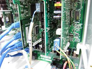 ビジネスフォンを制御する主装置の内部にはユニットと呼ばれる基盤が配置されています
